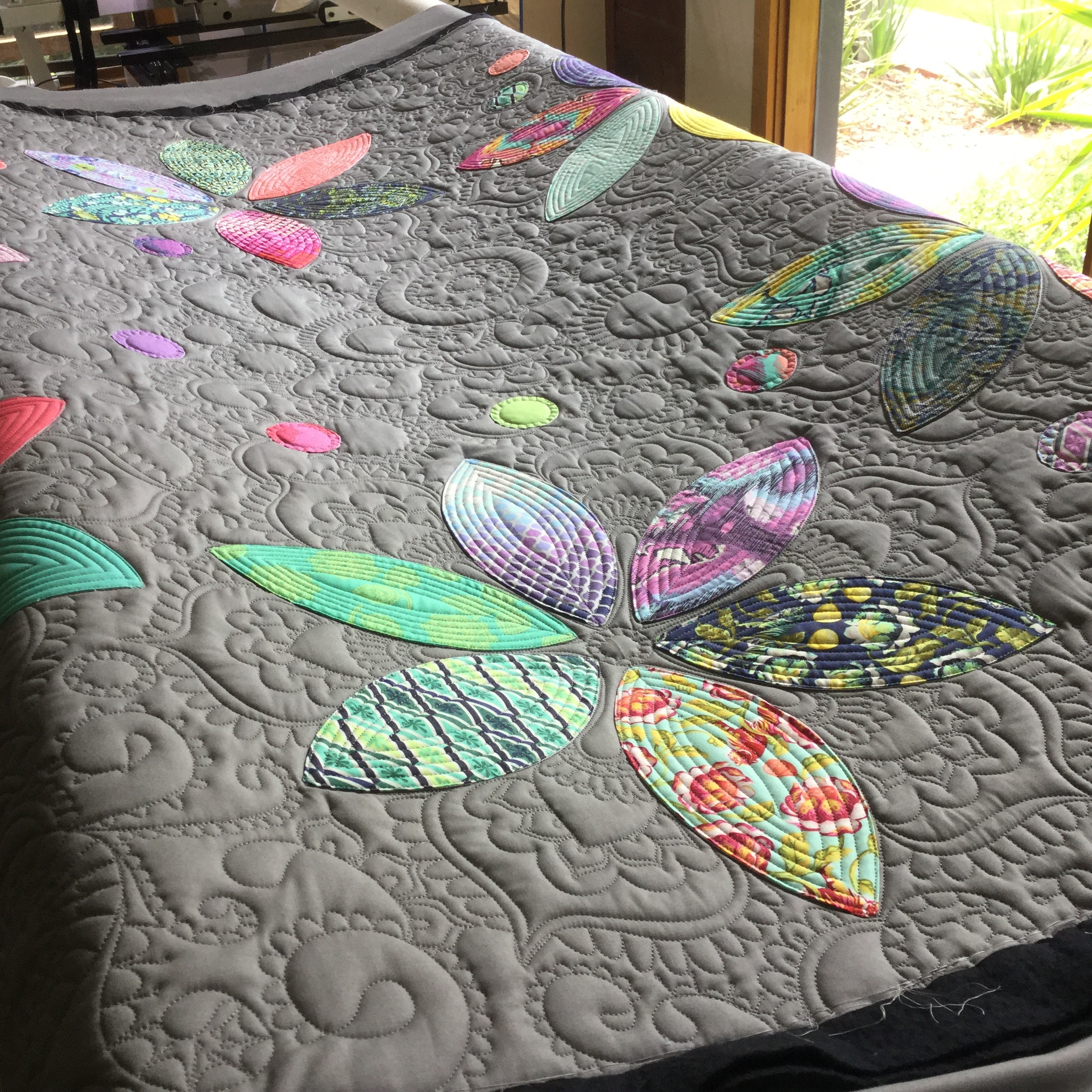 Tula Ring Of Flowers Quilt Free Bird Quilting Designs